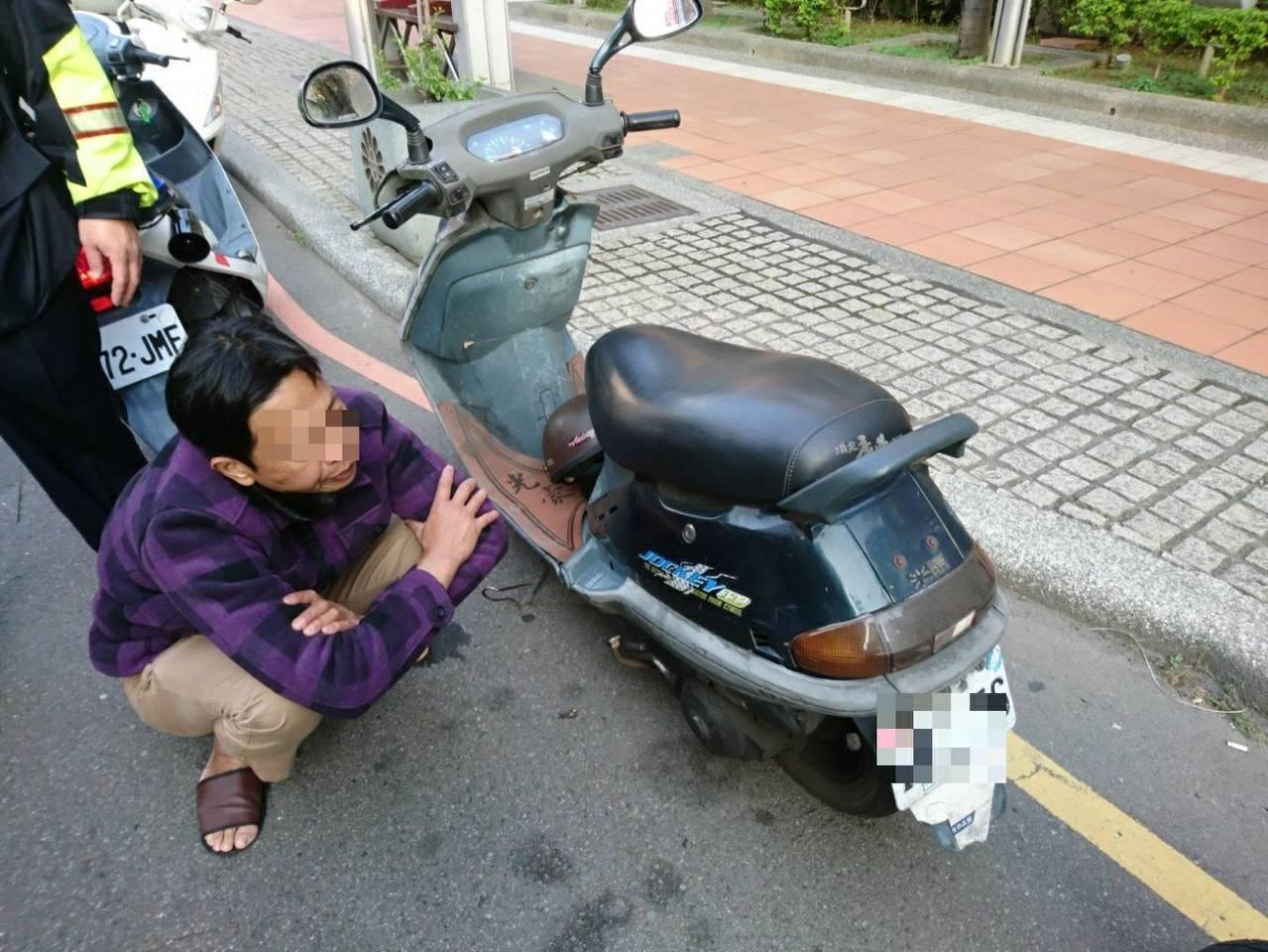 男子涉嫌偷機車,台中警方當街逮捕。記者游振昇/翻攝
