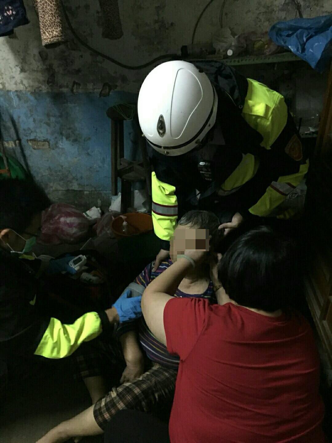萬里老婦煮菜跌昏險火警,鄰居幫求救警破門救出。圖/警方提供