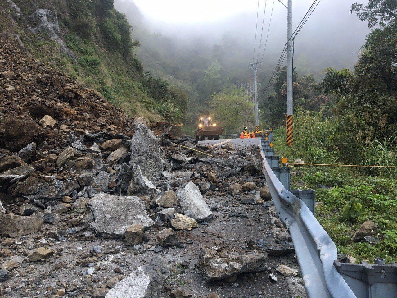 台18線可里山公路十字村路段今天凌晨3點多出現大量坍方落石。記者謝恩得/翻攝
