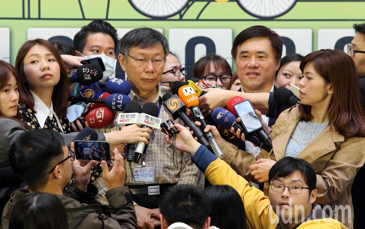 臺北市長柯文哲與前市長郝龍斌上午出席「敬老啟程、幸福轉乘」記者會時一起接受媒體聯...