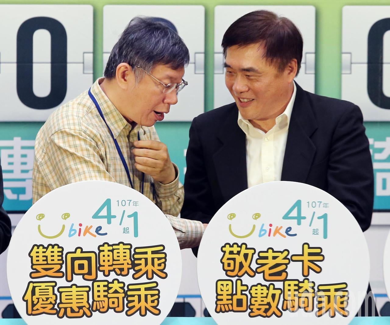 臺北市長柯文哲(左)與前市長郝龍斌(右)上午出席「敬老啟程、幸福轉乘」記者會時握...