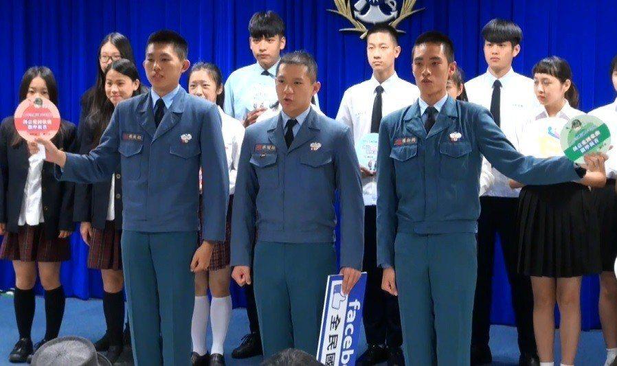 各校代表上午在國防部記者會分批上台造勢,相較於一般高中活潑花俏的隊呼,穿著「艾森...