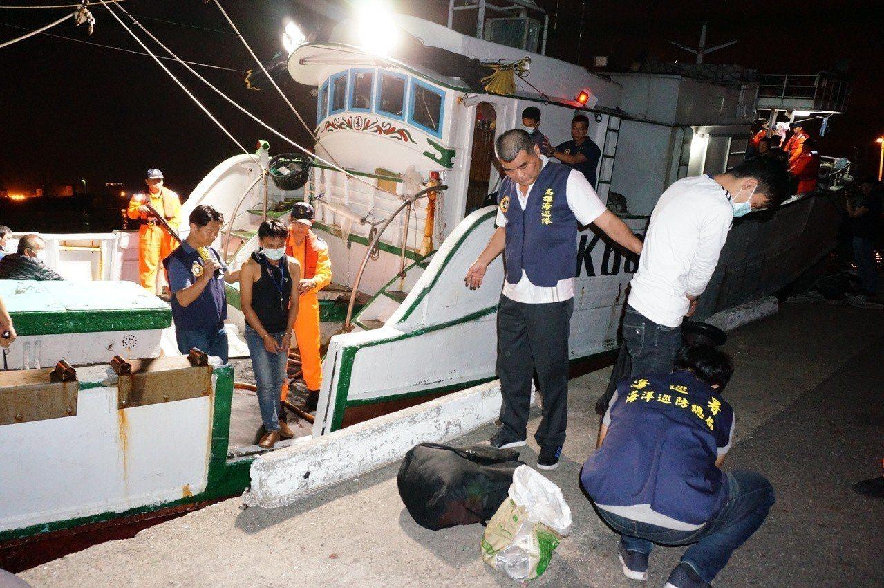 高雄海巡隊昨晚押回「金春財號」,船上共16名越南及男女偷渡客。記者林伯驊/攝影