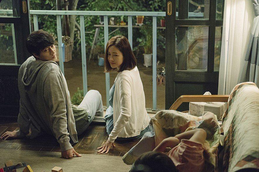 蘇志燮(左)與孫藝真(右)在新片「雨妳再次相遇」中飾演夫妻。圖/車庫提供
