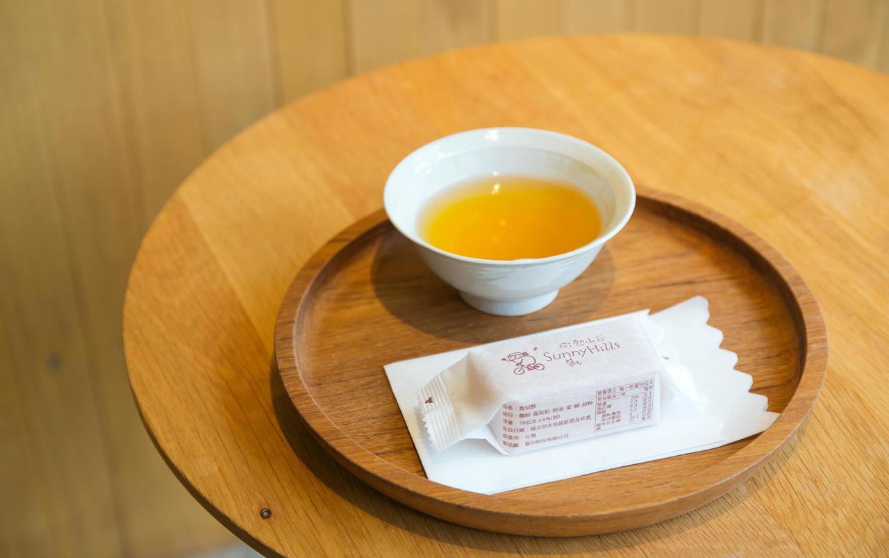 呷鳳梨酥配好茶;微熱山丘的奉茶精神,很受到肯定。圖/本報資料照片
