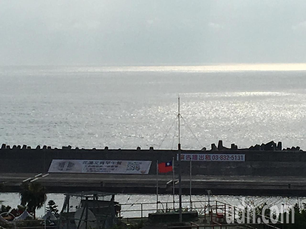 花蓮港務分公司將東堤出租,作為廣告牆,引起民眾關注。記者徐庭揚/攝影