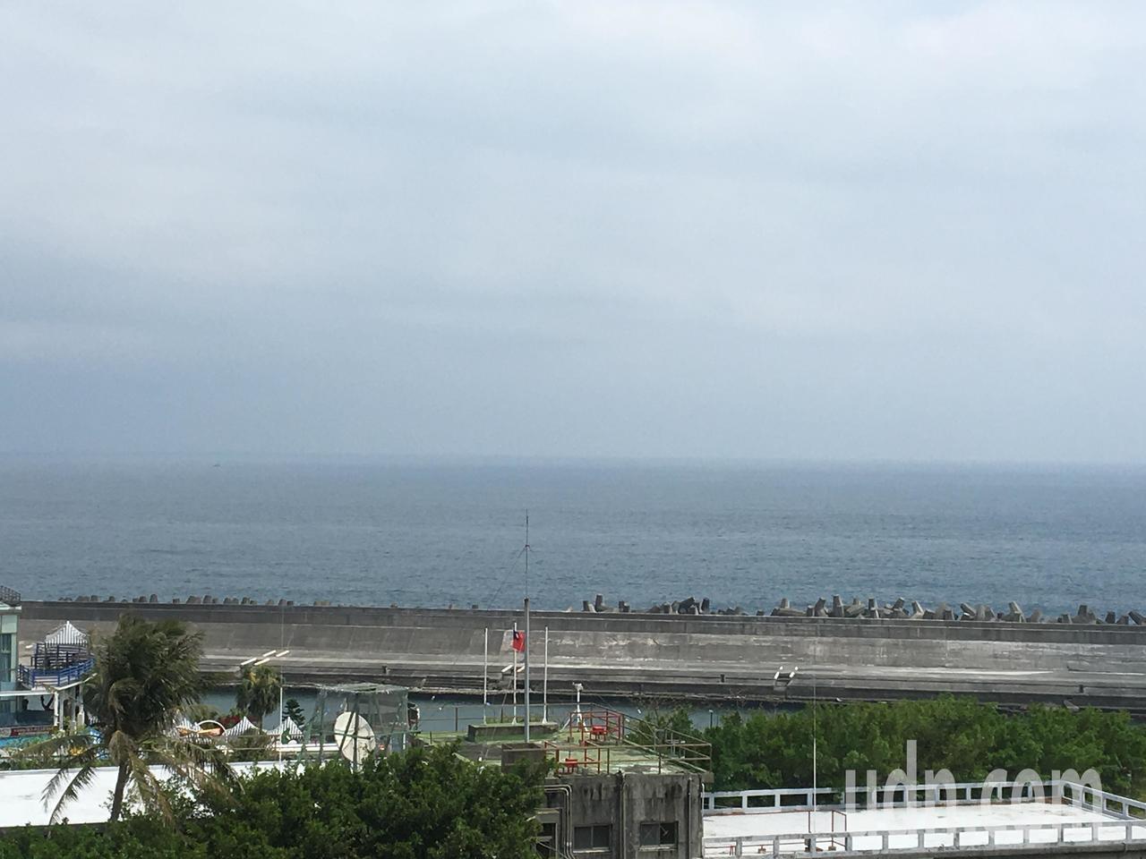 花蓮港東堤後方就是無敵海景,許多民眾喜歡就近賞海景,在民眾反應後,花蓮港務分公司...