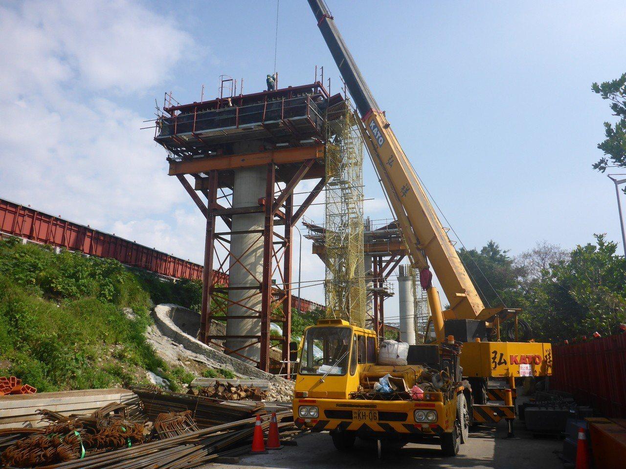 三鶯線國道三號邊坡路段帽梁鋼模架設施工。圖/新北市捷運局提供