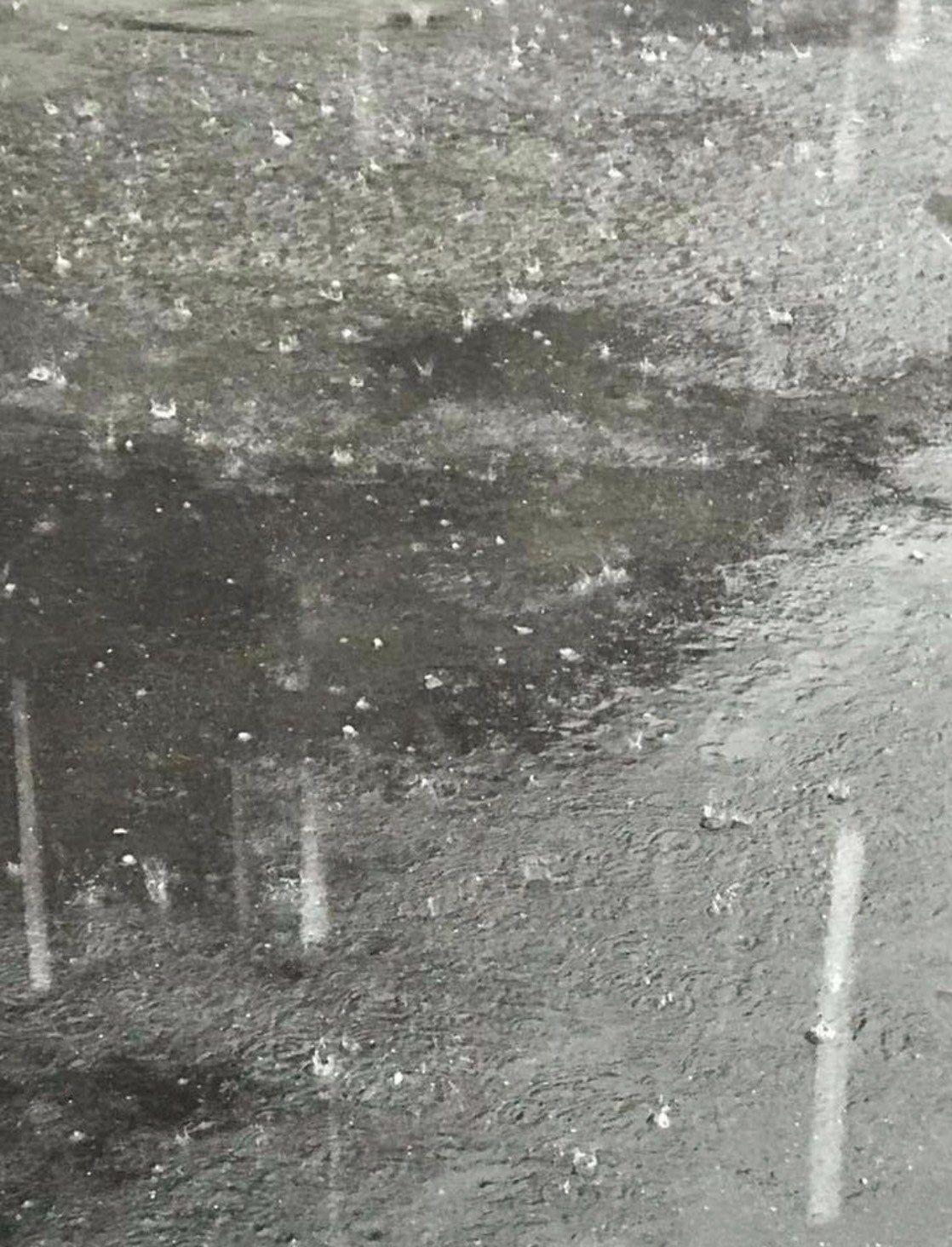 彰化縣埤頭鄉、北斗鎮等地今天上午近8點在一陣大雨下,竟夾帶著冰雹,讓民眾直呼「好...