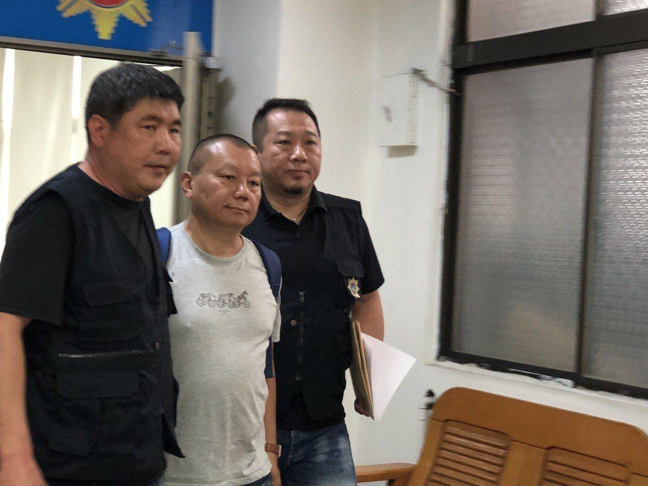 警方中午將梵印烘焙負責人蔡文祥(中)拘提到案。記者邵心杰/攝影