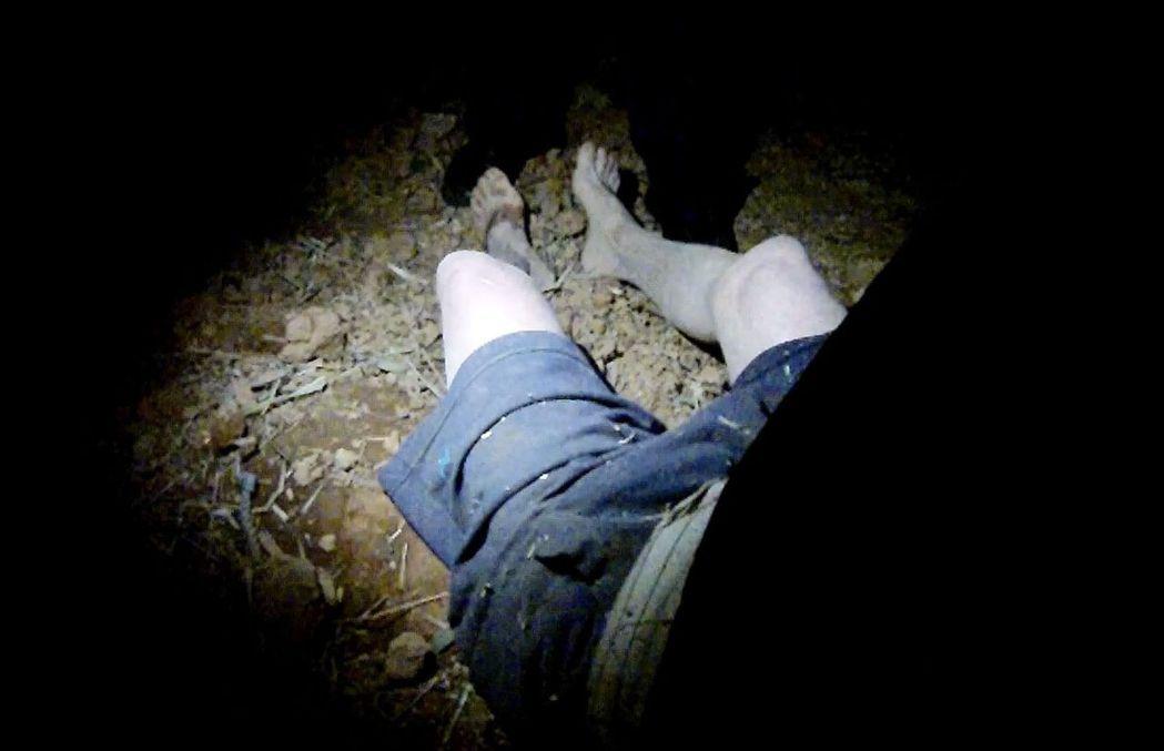 桃園市80歲朱姓老翁深夜走失,警方在寒夜雨中搜尋6個小時,在強光燈探照下,在廢棄...