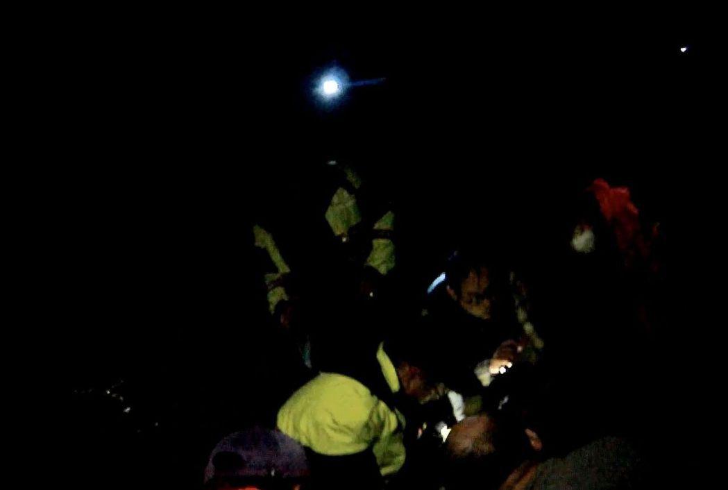 桃園市80歲朱姓老翁深夜走失,警方在寒夜雨中搜尋6個小時,在強 光燈探照下,...