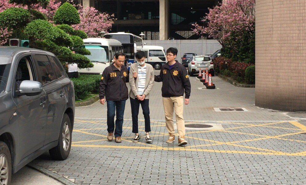 涉嫌二度在網路連續詐騙的魏姓男子(中),昨天被刑事局逮捕。圖/刑事局提供