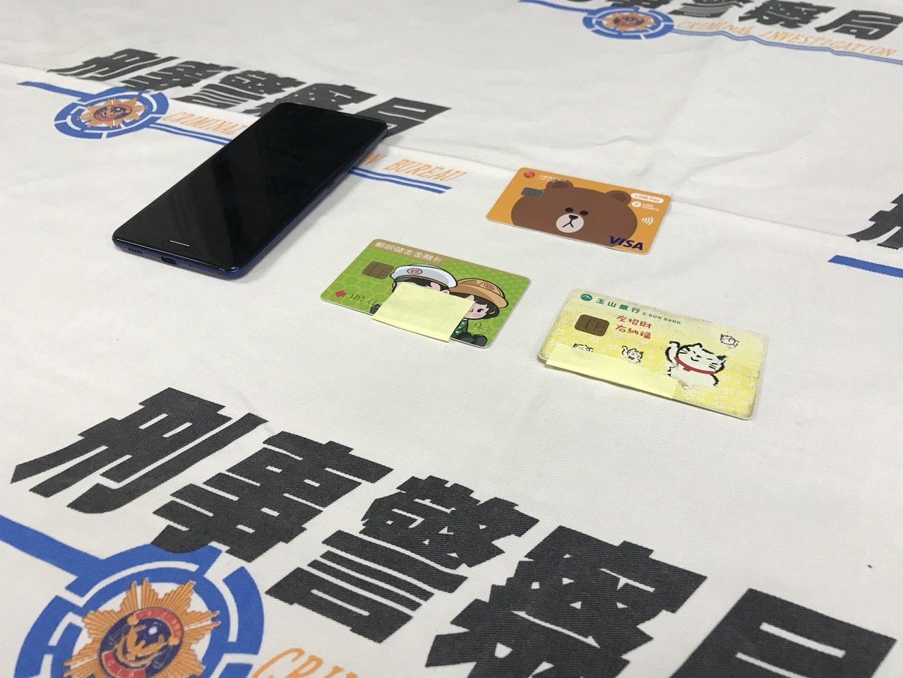 警方在魏姓男子身上搜出手機和3張人頭提款卡。記者陳金松/攝影
