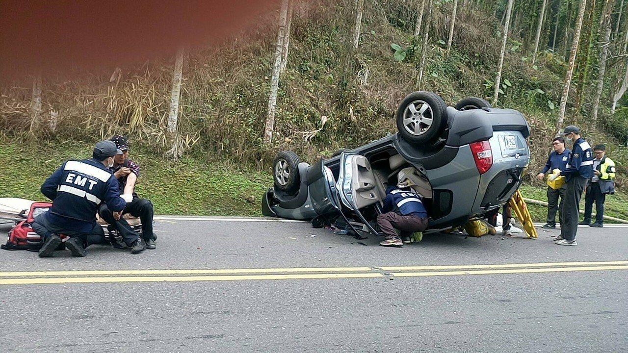 阿里山公路休旅車翻覆,消防救救出車內5人。記者謝恩得/翻攝
