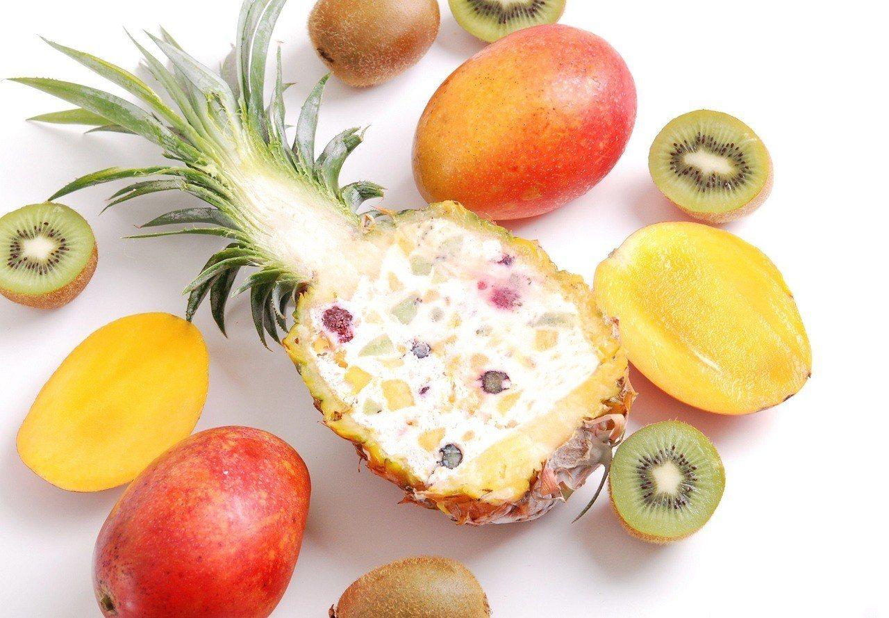 萊爾富預購商品啃食物鳳梨水果起司蛋糕。圖/萊爾富提供