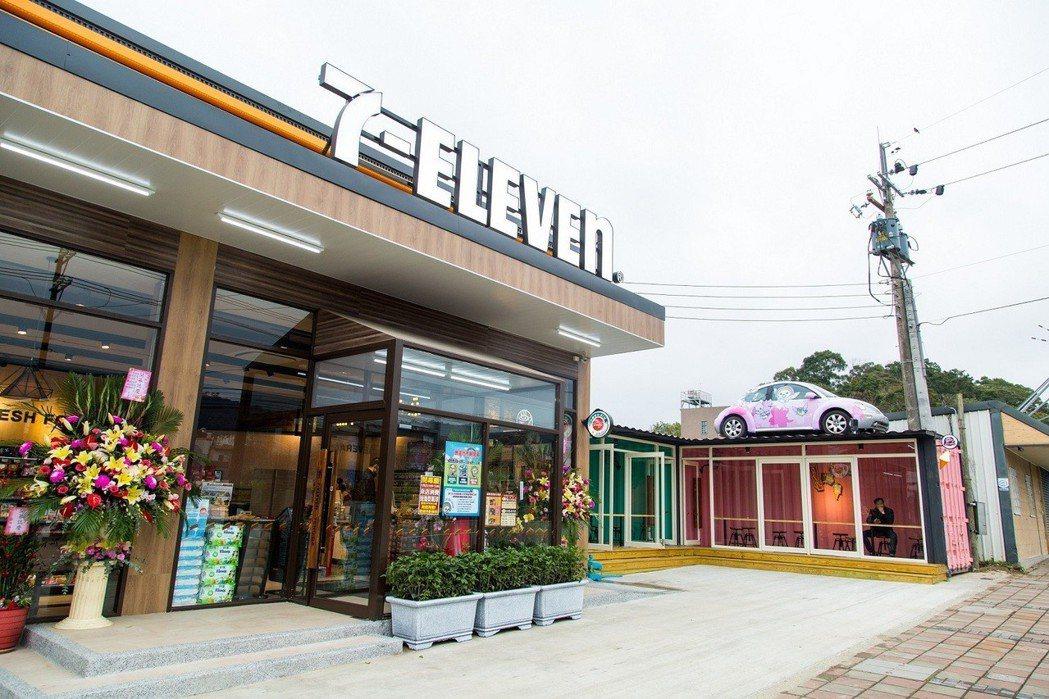 騰達門市位於新竹內灣,屋頂陳列著店長的改裝金龜車。圖/7-ELEVEN提供
