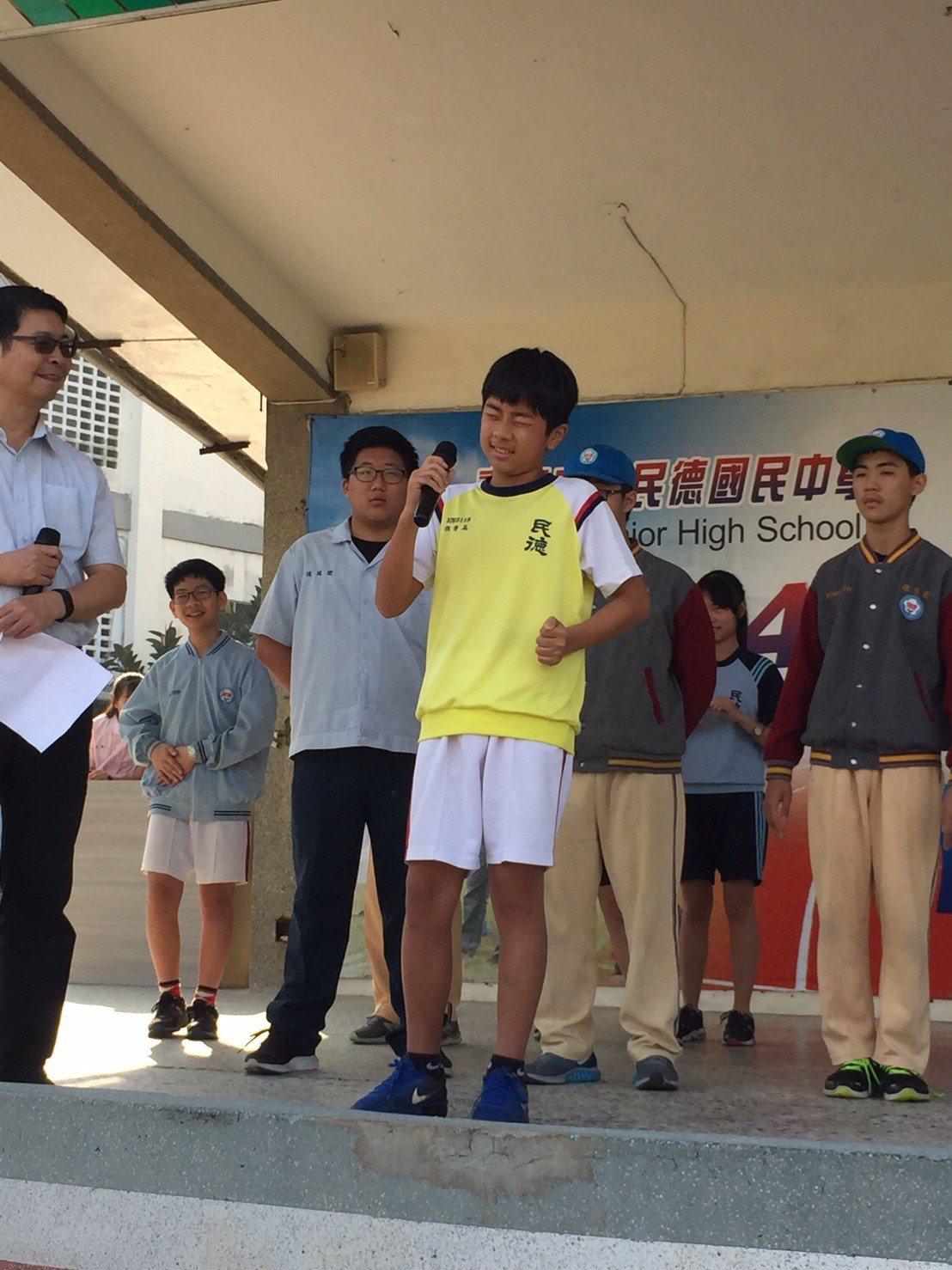 台南市民德國中最近舉辦「π 的記憶」圓周率背誦活動,學生在台北表情十足想破頭的樣...