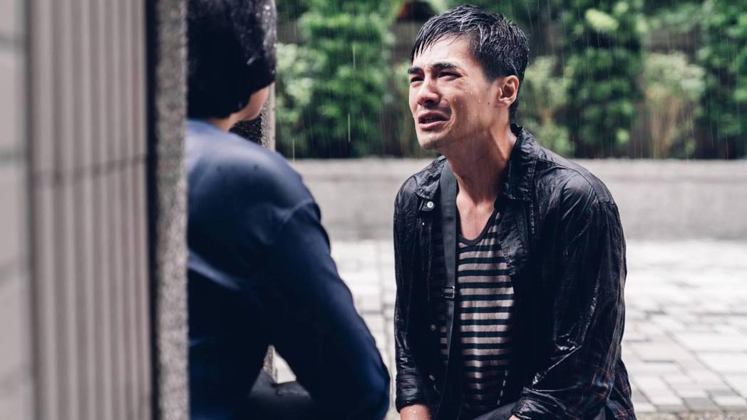 是元介拍「阿青,回家了」中的哥哥跪求原諒畫面。圖/中天提供
