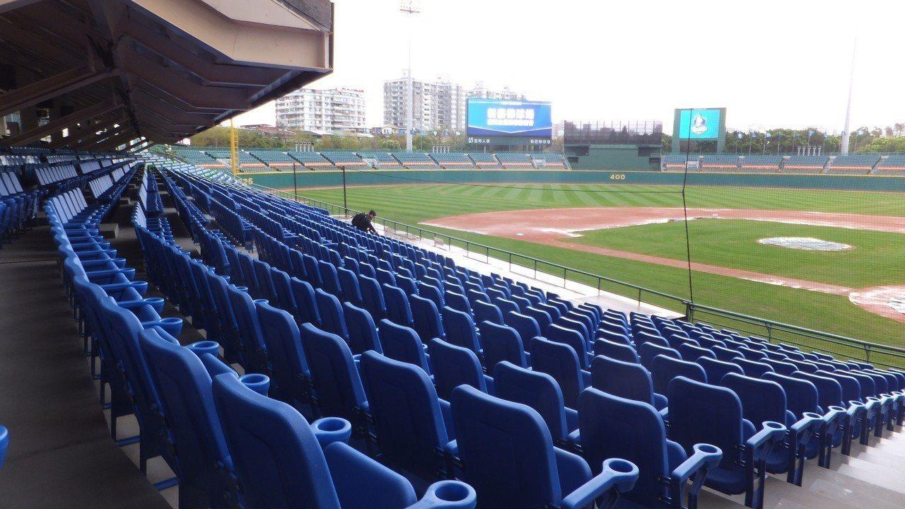 新莊球場內野熱區座椅換新、加裝杯座,讓球迷欣賞Fubon Angels表演時,感...