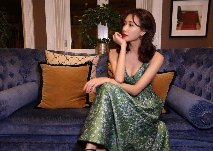 林志玲身穿復古感禮服,因此照片一曝光也讓她的粉絲回應說「古今兩相宜的柔美氣質」、...