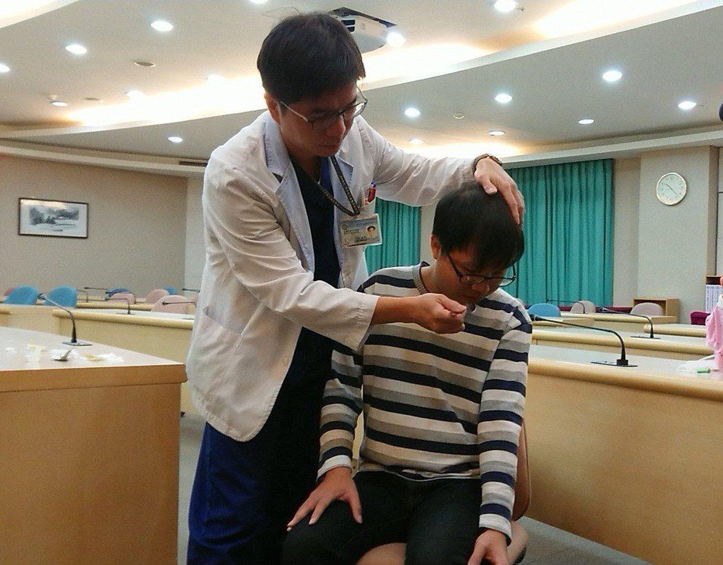 小港醫院針對吞嚥障礙患者設計「安全進食」六步驟,包括進食時坐姿挺直90度、小湯匙...