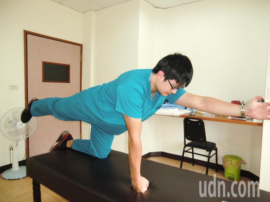 延緩脊椎側彎惡化第一招「背部肌群訓練運動」:採跪姿,舉起一手和對側一腳,縮小腹且...