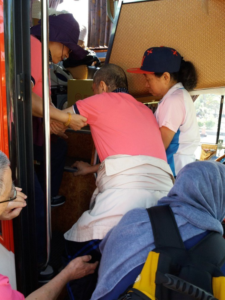 失智者上下遊覽車的不便。圖/台灣失智症協會提供