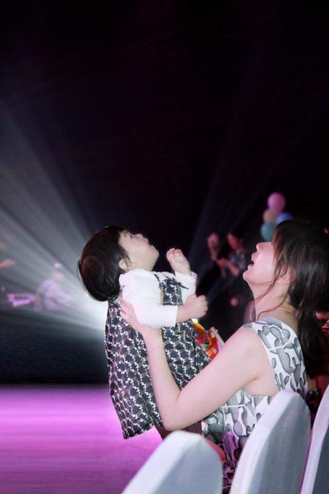 Bo妞跟媽媽賈靜雯一起出席節目發佈會。圖/摘自臉書