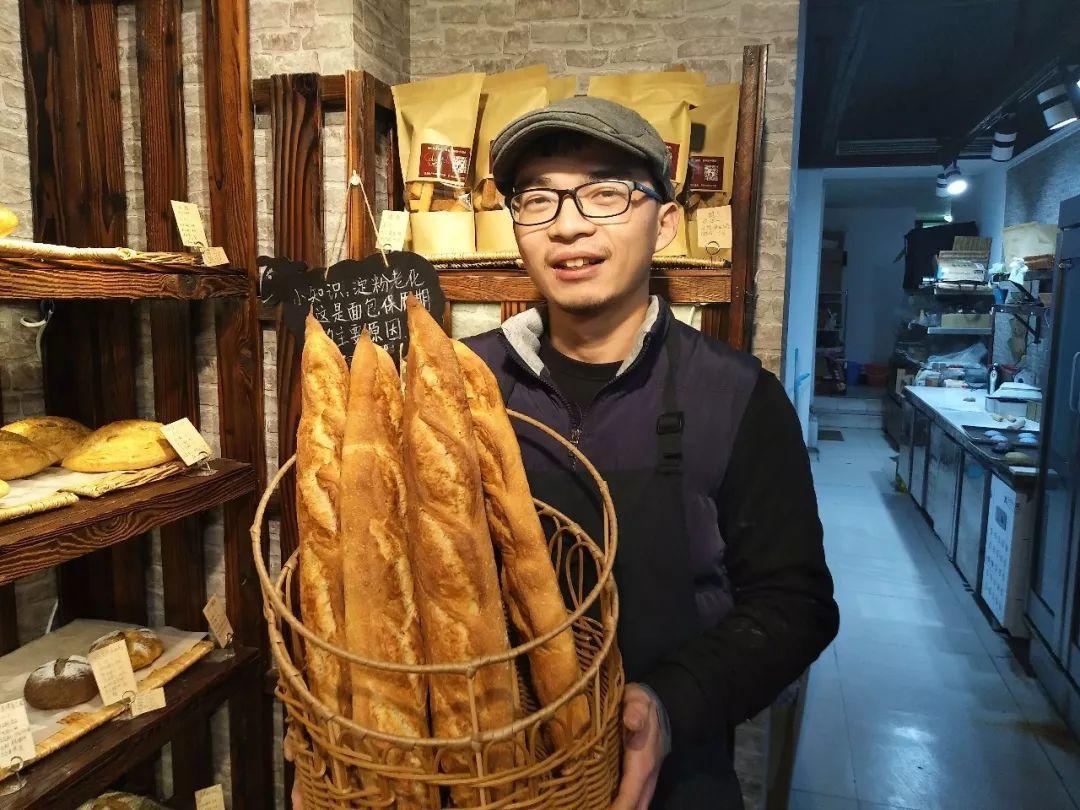 黃曉斌和他的麵包。(中青在線)