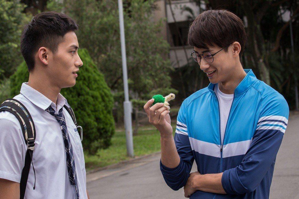 范少勳(左)送定情物跟盧彥澤告白。圖/CHOCO TV提供