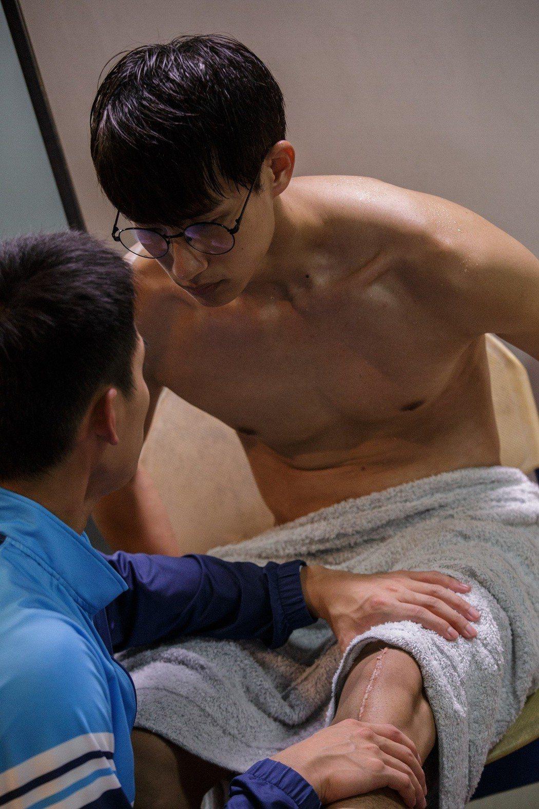 盧彥澤裸肌被按摩。圖/CHOCO TV提供