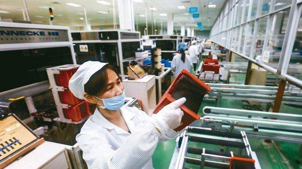 圖為江西省九江市一處太陽能面板廠作業情況。 美聯社