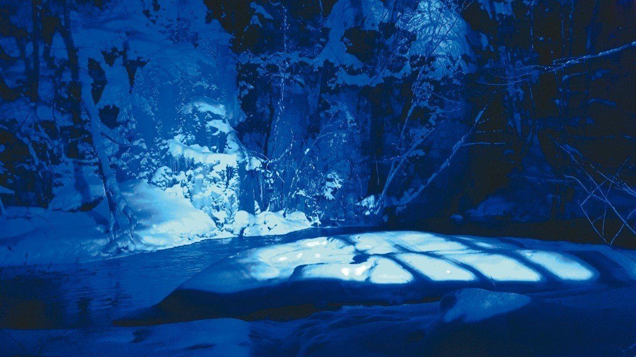 入夜後的冰瀑在燈光投映下展現些許奇幻風情。 記者何雅玲/攝影