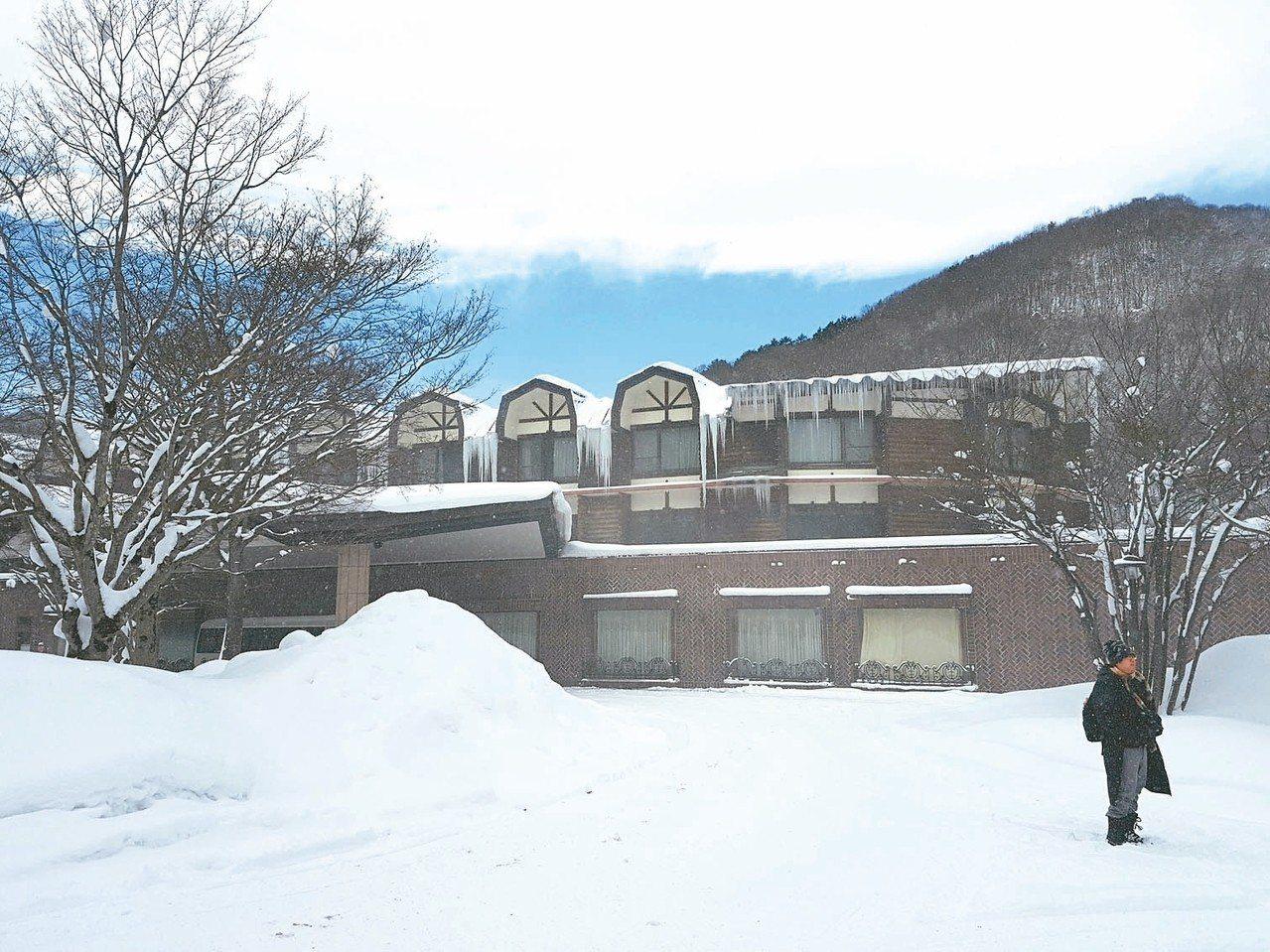 睽違10年重啟冬季營運的「奧入瀨溪流飯店」是唯一坐落在溪畔邊的飯店。 記者何雅玲...