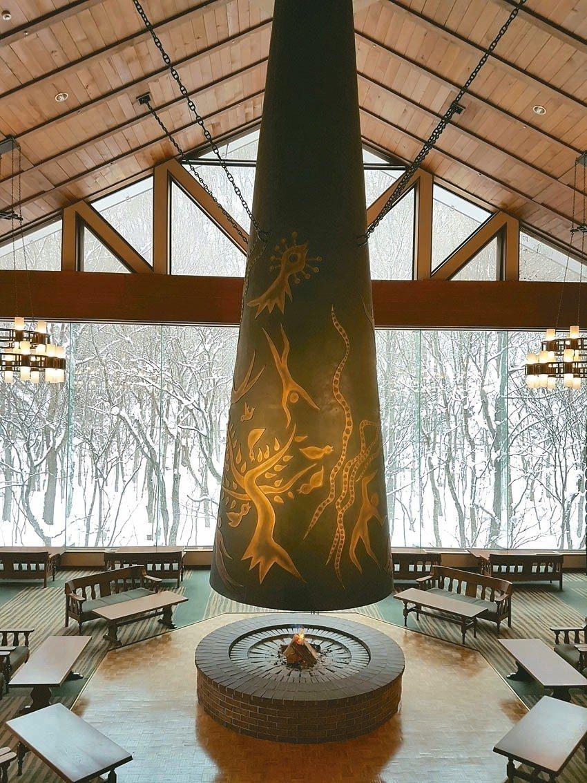 飯店東館森之神話大廳的大暖爐為岡本太郎作品。 記者何雅玲/攝影