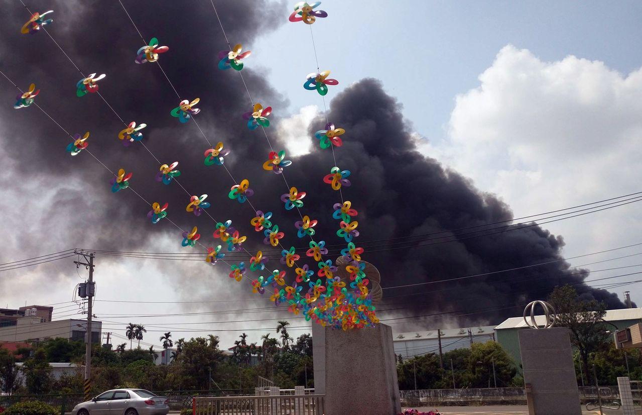 鳥松區水管路工廠火警,濃煙引起一場空氣品質浩劫。記者王昭月/攝影