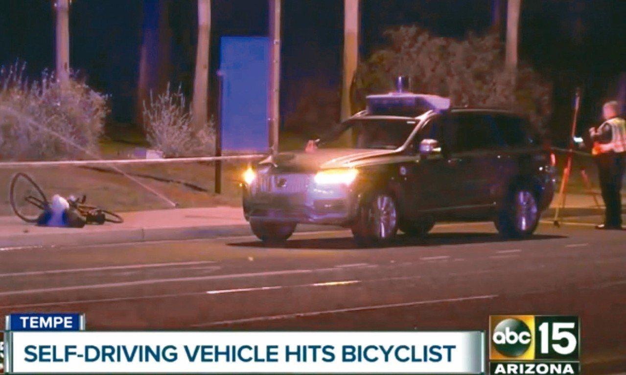 優步自駕車十九日晚間在美國撞死一名行人,警方到場蒐證。 (美聯社)