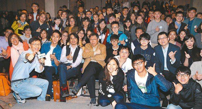 台北市長柯文哲(前排左五)、台大教授葉丙成(前排左四)及「Hahow好學校」共同...