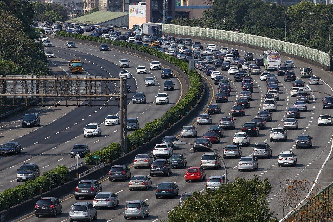 根據高公局統計,平日每起交通事故,大概要半小時處理,是國道大塞車的主因。圖為國道...