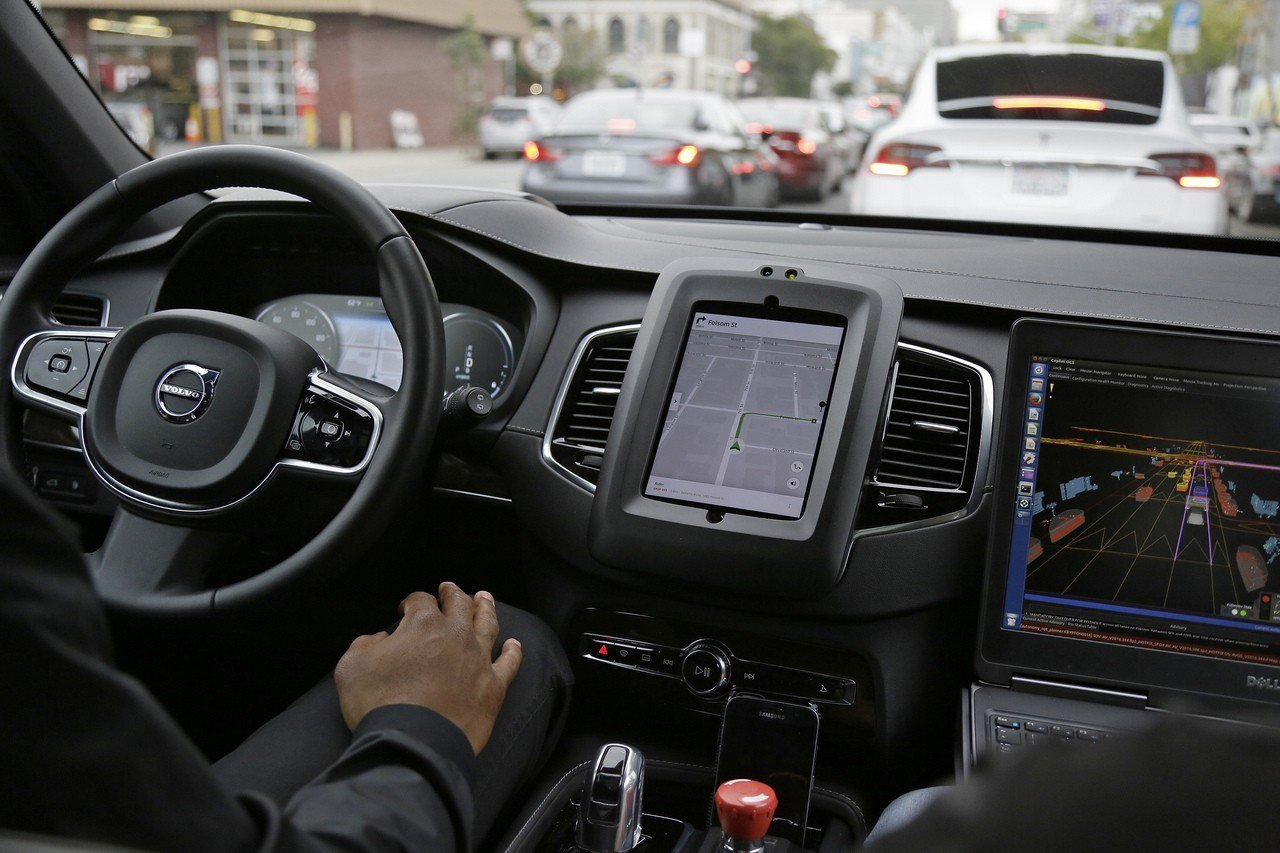 優步自駕車發生撞死行人意外,自駕車科技發展再受質疑,圖為優步自駕車在舊金山測試時...