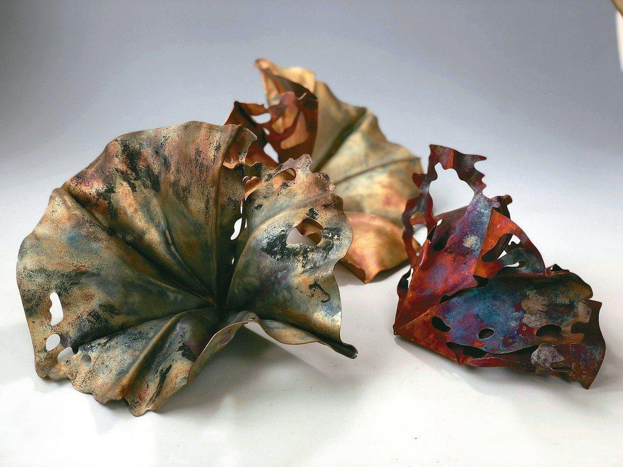 圖三:曾永玲〈秋〉,用不同溫度創作紅銅華麗色彩變化。