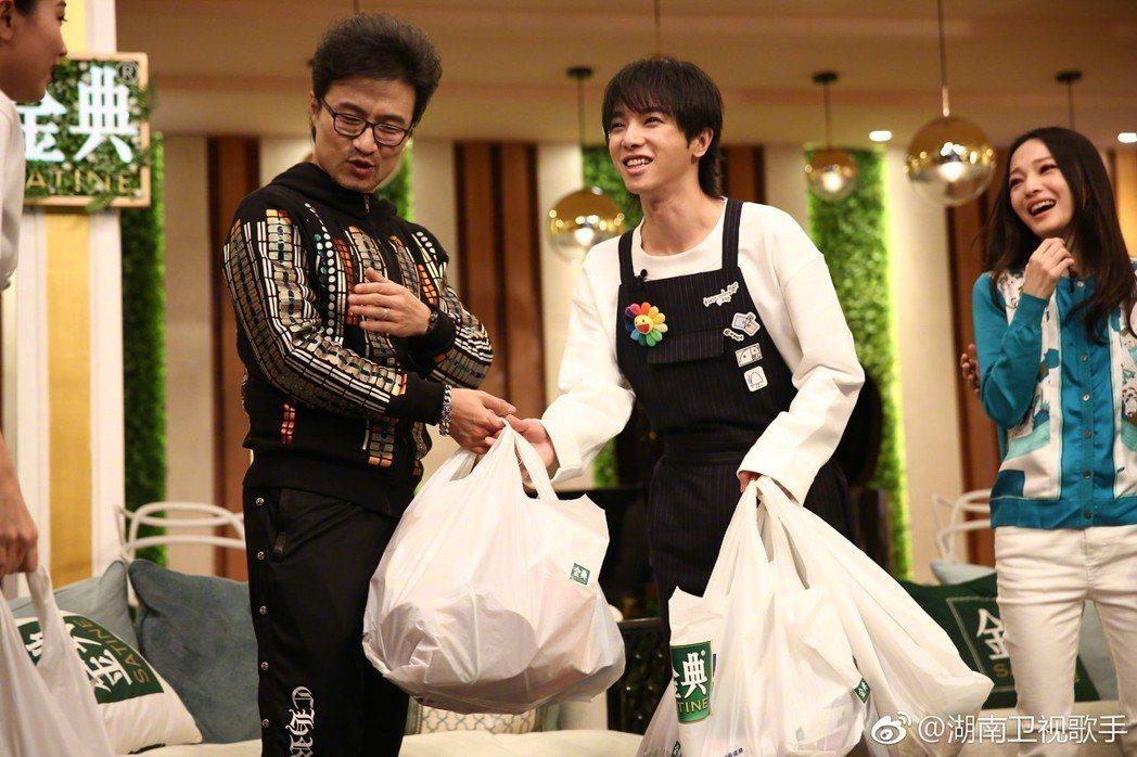 汪峰與華晨宇在「歌手」裡互動。圖/擷自微博