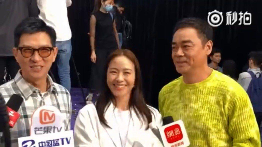 張家輝(左)談廣東腔,林嘉欣(中)、劉青雲在一旁笑翻。圖/摘自微博