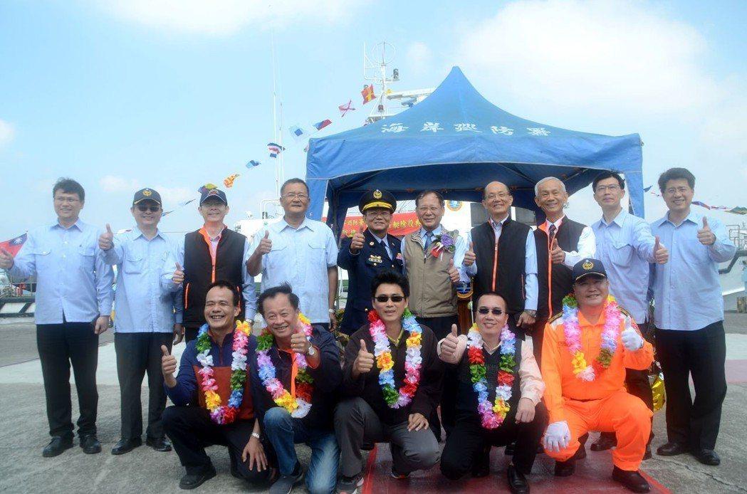 海巡署官員及歷任船長感謝PP-10017巡防艇,宣告這艘藍色國土守護艇光榮退役。...