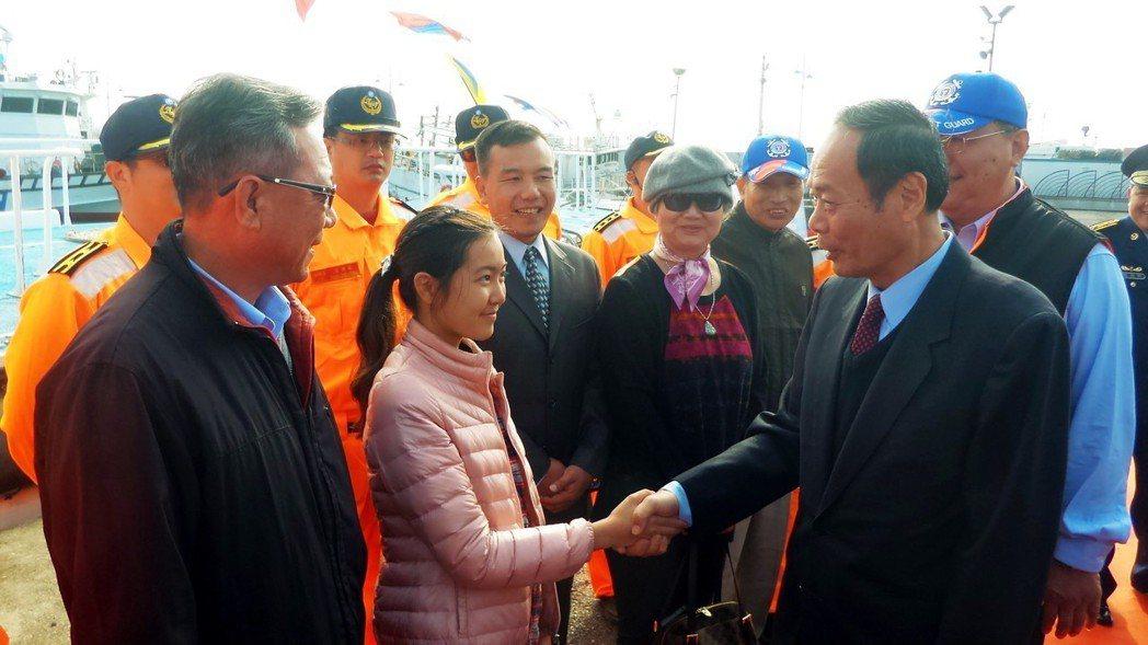 15年前獲PP-6002巡防艇跨海搶助出生的女孩李梓瑜(前左二)與海巡署長李仲威...
