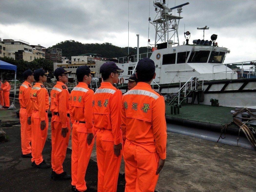 海巡PP-10018艇光榮除役,共同經歷多次驚險救援任務,海巡人員依依不捨。 記...