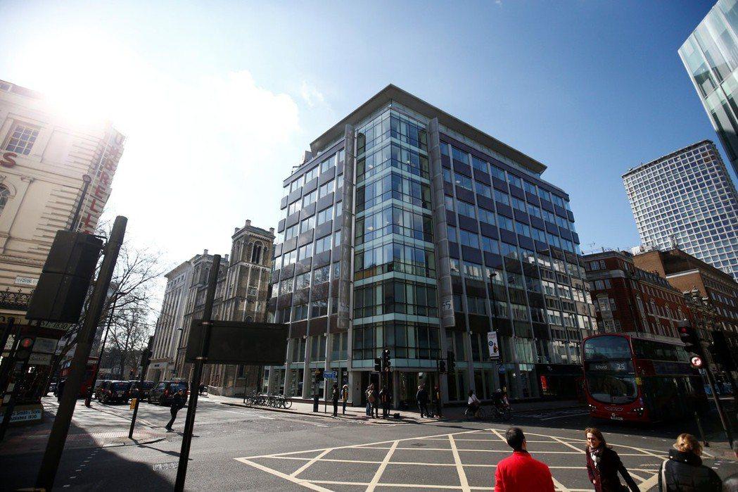 政治顧問公司「劍橋分析」總部位於倫敦市中心,涉嫌濫用臉書五千萬個資,號稱能以偷拍...