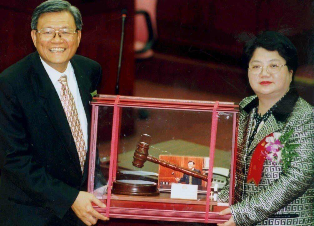 1998年連續當了7屆台北市議員、近10年台北市議長的陳健治(左)將議事槌交給新...