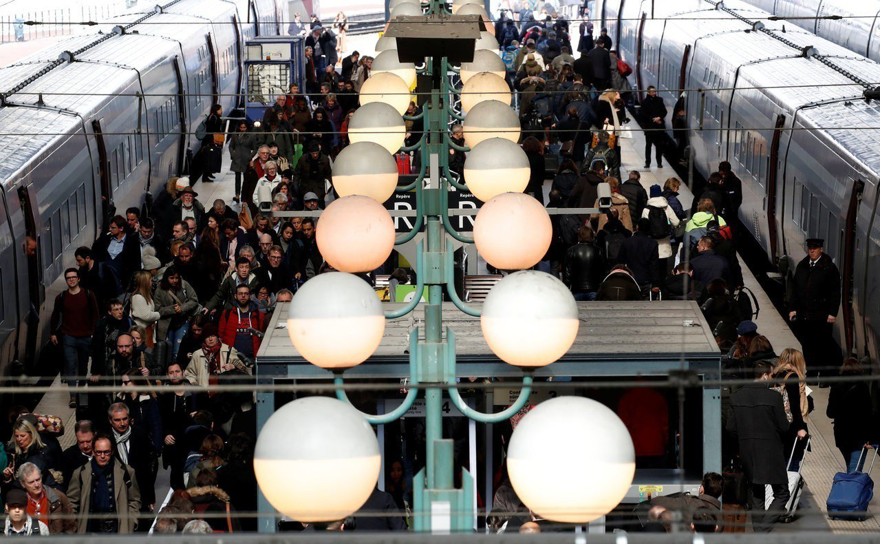法國全境明天(22日)將有一百多場示威。圖為21日於巴黎地鐵站通勤的上下班族。路...